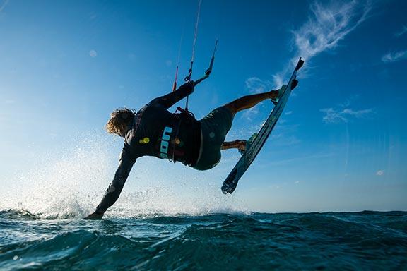 kite-surfer-in-the-air-next-to-beach-of-namotu-island-fiji