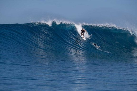 surfer-on-large-wave-at-surf-break-near-namotu-island